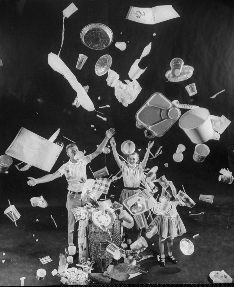 Een gezin gooit keukengerief in wegwerpplastic rond om het einde van de afwas te vieren, Life Magazine, 1955.